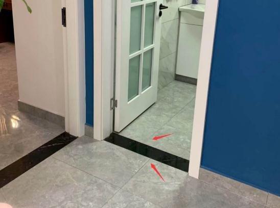 卫生间对面的墙老是返潮发霉是怎么回事?